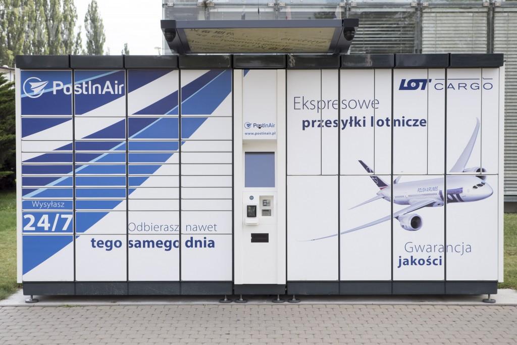 22.07.2015 Warszawa,  n/z Post In Air lotniskomat automat do nadawania i odbierania lementow bagazu ktorego nie chcemy wziac na poklad samolotu fot. zelaznastudio.pl