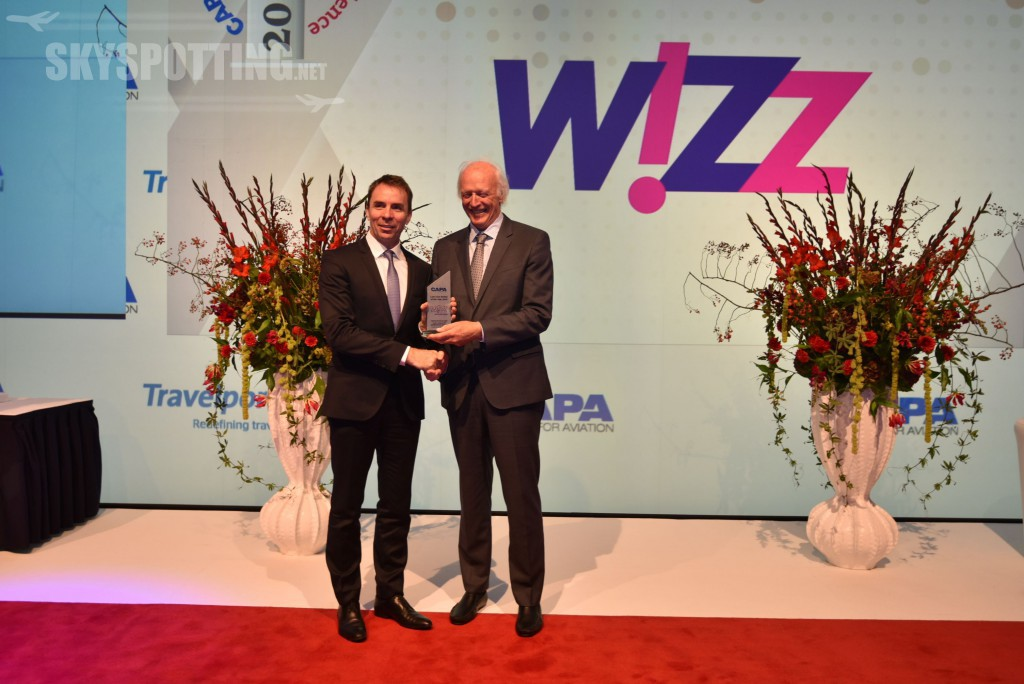 wizz-air-ceo-j-varadi-receives-capa-2016-low-cost-airline-of-the-year-award-from-capa-executive-chairman-p-harbison-1