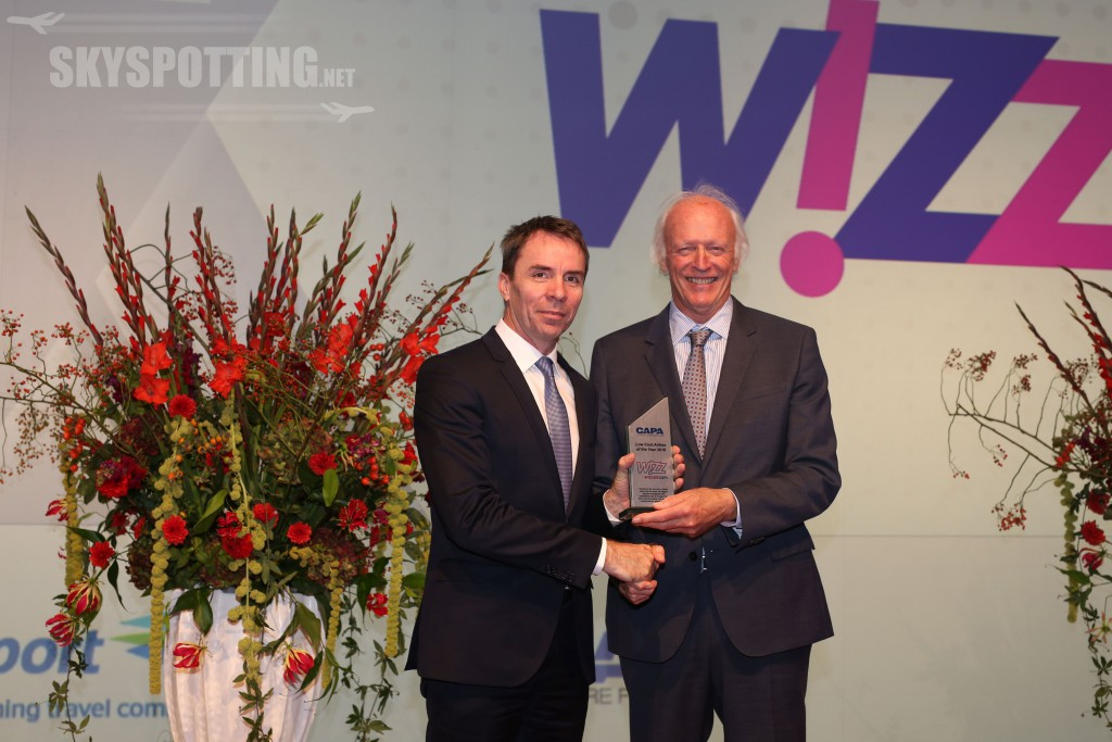 wizz-air-ceo-jvaradi-receives-capa-2016-low-cost-airline-of-the-year-award-from-capa-executive-chairman-pharbison2