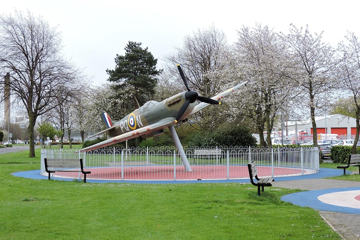 Śladami pomników lotniczych, część 15 – Mk.1 Supermarine Spitfire (replika), Grangemouth, Scotland