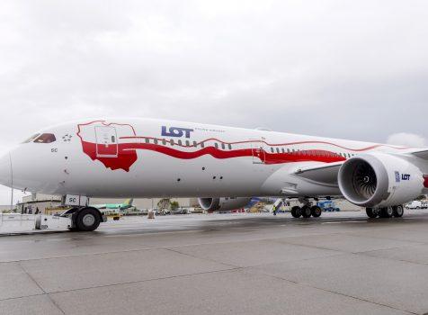 Biało-Czerwony B787  Dreamliner LOT-u przyleciał do Warszawy w asyście myśliwców F-16