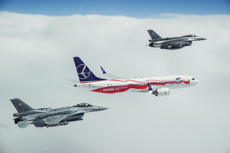 B737 MAX 8 i F-16 nad Warszawą. To już drugi samolot LOT-u w biało-czerwonym malowaniu