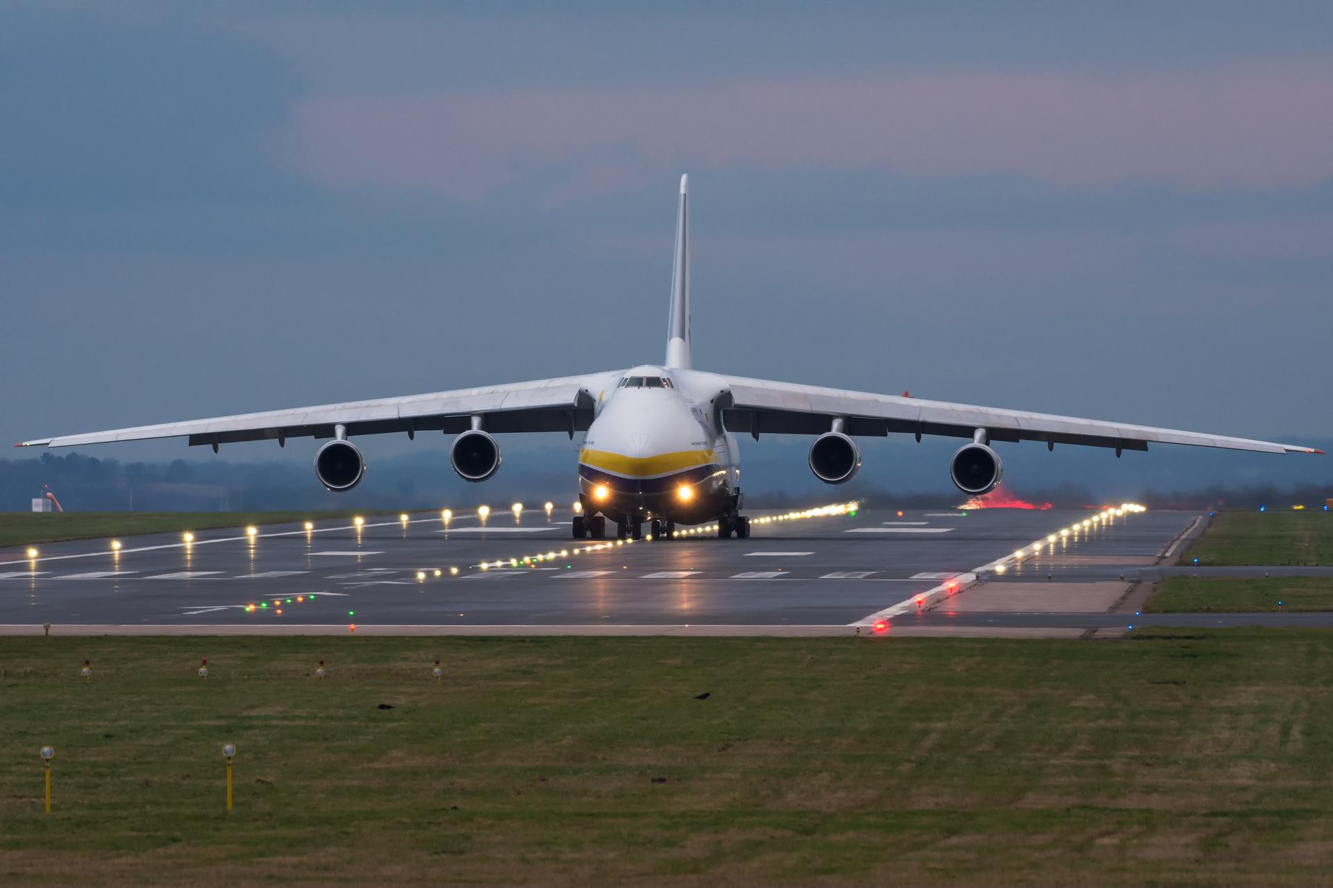 Antonov An-124 w East Midlands